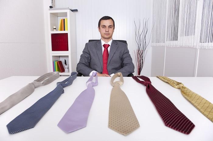 ネクタイの色を迷う経営者
