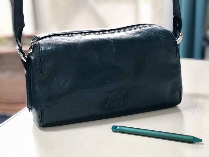 緑のヒロフのバッグと緑のサクラのボールペン