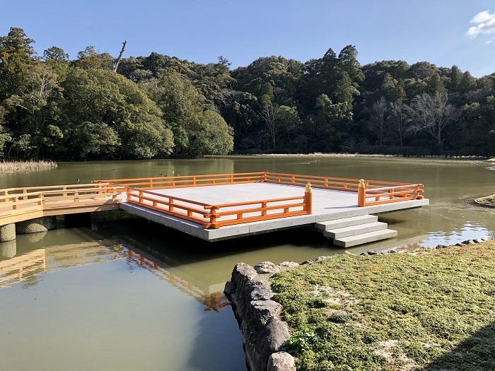 伊勢神宮の外宮の勾玉池に浮かぶ奉納舞台
